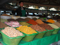 Разнообразные специи на базаре Чорсу